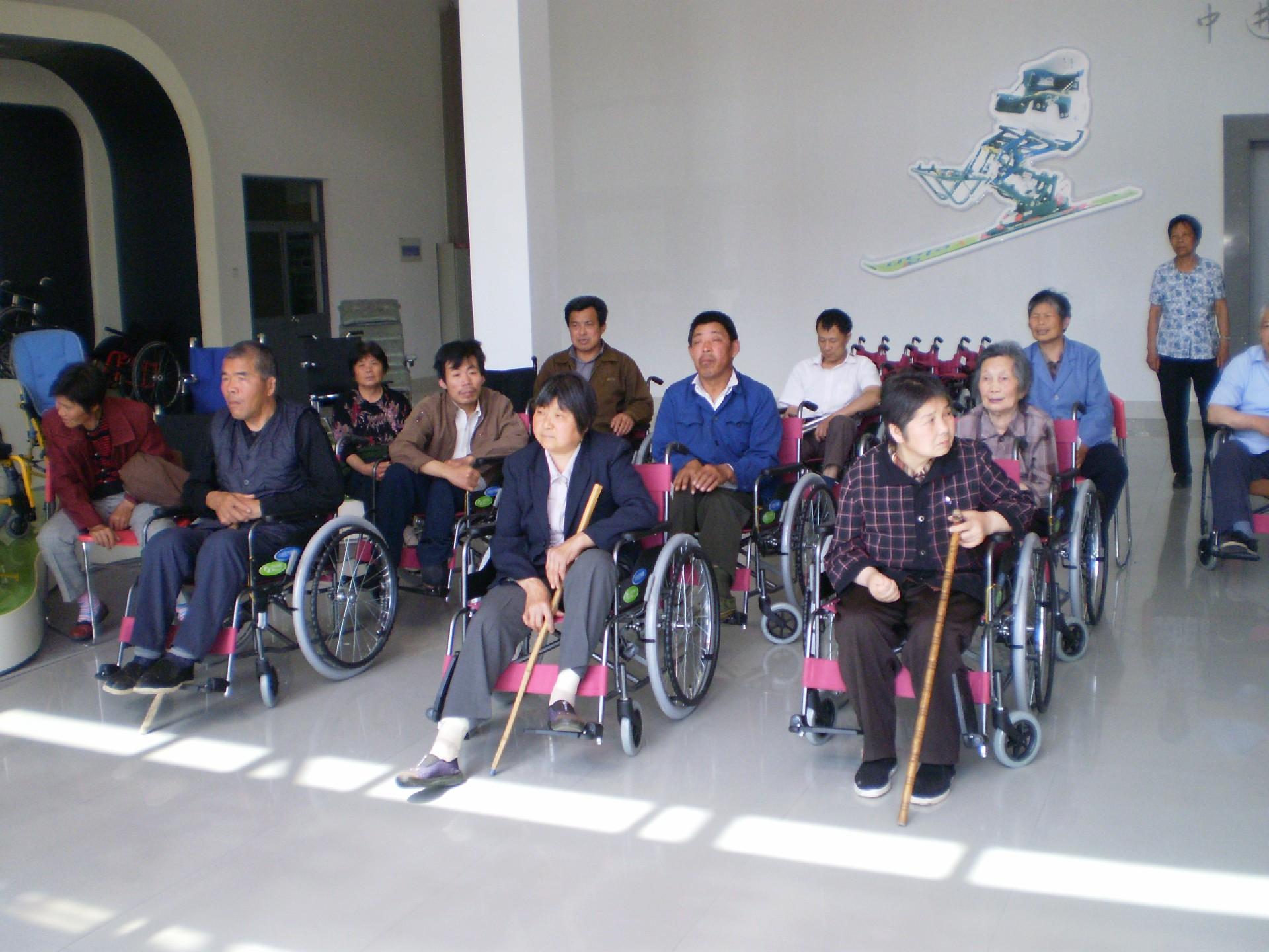 更换新的轮椅.JPG